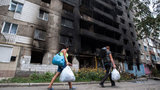 Conflito este que já deixou mais de 1,2 mil mortos civis, segundo a ONU. Na semana passada, a Cruz Vermelha definiu o confronto como uma guerra civil. Muita gente já tinha saído da cidade de Donetsk com medo de uma escalada na violência. Fotos AP.