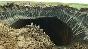 Um dos novos buracos gigantes descobertos na Sibéria tem cerca de 13 metros de diâmetro.A cratera está localizada a algumas centenas de quilómetros da primeira cratera avistada (na Península de Yamal, ou  fim do mundo , como lhe chamam os habitantes).A profundidade estimada é de 60 a 100 metros. Um especialista explicou ao Siberian Times que  também há terra na parte de fora, como se tivesse sido resultado de uma explosão subterrânea .Não há falta de teorias. Pelo contrário, têm sido várias as hipóteses colocadas, desde asteróides a explosões subterrâneas. Fotos AP.