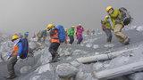As equipes de resgate que trabalham no Monte Ontake, vulcão que entrou em erupção neste sábado no Japão, conseguiram resgatar mais cinco corpos nesta segunda-feira (29), o que teria elevado a 36 o possível número de mortos - informou a polícia local, de acordo com a agência Associated Press. Fotos AP.