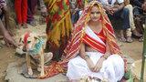 Uma indiana de 18 anos foi obrigada a se casar com um cachorro no leste da Índia.O pai de Mangli, Sri Amnmunda, escolheu o cachorro chamado Sheru para se casar com ela. Sri diz que outros casamentos deste tipo já foram realizados no local. A cerimónia aconteceu depois de um guru local ter dito aos seus pais que a jovem estava sob efeito de um feitiço e que se casasse com um homem isso iria destruir a família e a sua comunidade.Segundo as tradições, a menina poderá se casar normalmente com um homem sem precisar de se divorciar do cachorro. Fotos Splash/All Over