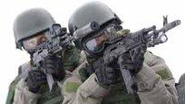 """As Forças especiais da Rússia e dos Estados Unodos ficam entre os melhores do mundo.  Força Delta é o nome popular dado à unidade reconhecida como 1st Special Forces Operational Detachment – Delta(1st SFOD-D), a principal força contra-terrorismo e de operações especiais do Exército do Estados Unidos. Oficialmente ela é chamada no Pentágono de """"Grupo de Aplicações de Combate"""" (Combat Applications Group)- vejam à direita.   Spetsnaz ( literalmente """"unidades para fins especiais"""") é um termo russo que designa asforças especiais da Federação Russa.Spetsnaz pode significar as tropas de elite controladas pelo Serviço de Segurança Nacional (FSB) em missões de antiterrorismo e anti-sabotagem, pelo Ministério do Interior (e polícia) MVD, e forças especiais do exército controladas pelo serviço de inteligência militar GR- vejam à esquerda. Fotos Pravda.Ru."""