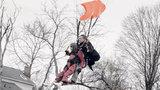 Eleanor Cunningham, dos EUA_  celebrou o seu centésimo aniversário com um salto de paraquedas. Cunningham beijou a bisneta de sete meses antes de se preparar para o salto, no sábado, no Centro de Paraquedismo Saratoga, em Gansevoort. De acordo com a filha, Beverly Plank, desde aí que criou uma espécie de tradição e agora a senhora salta a cada cinco anos. Fotos AP.