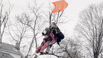 Americana marca  o centenário com salto de paraquedas
