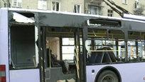 """Pelo menos treze pessoas morreram e dezenas ficaram feridas nesta quinta-feira (22) depois que um projétil atingiu um trólebus em Donetsk, no leste da Ucrânia.Ouvimos a explosão e corremos para aqui. Quando chegámos vimos o autocarro, um carro que explodiu e muitos cadáveres. Havia um homem ferido dentro do autocarro que pedia ajuda"""", testemunhou um habitante local.Os bombardeamentos ocorreram horas depois de os ministros dos Negócios Estrangeiros da Federação Russa, Ucrânia, Alemanha e França terem reunido em Berlim. Apesar do apelo conjunto ao fim das hostilidades, não houve qualquer acordo. Fotos AP."""