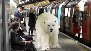Um urso polar que andou a passear pela cidade  de Londres. Apesar da semelhança à realidade, este urso é apenas um protótipo que faz parte de uma experiência para a Sky Atlantic TV.O urso, uma réplica deste carnívoro, foi criado em seis semanas e com 60 tipos de material.Durante a sua visita a Londres foi controlado por dois marionetistas que fizeram as delícias daqueles que tiveram a oportunidade de ver de perto o  animal .( Fotos Splash/All Over Press)