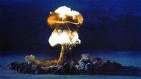 Guerra nuclear está perto de acontecer na Europa devido à crise na Ucrânia alertam os políticos. Os Estados Unidos são a única nação que alguma vez usou armas nucleares, tanto em guerra como contra populações civis, tendo lançado duas bombas nas cidades japonesas de Hiroshima e Nagasaki em 1945.A bomba  Little Boy que atingiu Hiroshima matou instantaneamente 70 mil pessoas, e feriu outras 70 mil. Fotos: Fotodom.ru/Rex Features
