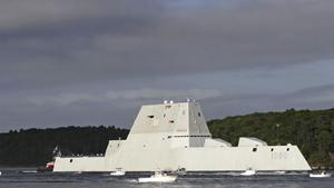"""O destruidor de primeira classe Zumwalt,é o maior já construído para a Marinha dos Estados Unidos.O navio recebeu o nome do almirante Elmo Zumwalt, um oficial naval condecorado, que morreu em 2000. Agora realiza manobras em Fort Popham, na foz do rio Kennebec. A missão principal dos navios da classe """"Zumwalt"""" (DDG 1000) será prover apoio de fogo naval e defesa aérea em áreas litorâneas, onde navios grandes são mais vulneráveis, e atuarão possivelmente como navios-capitânia em grupos-tarefa compostos por LCS (Littoral Combat Ships) e submarinos. O deslocamento estimado será de 14.500t e os navios terão também capacidade anti-submarino, ataque à superfície e defesa contra mísseis balísticos. Espera-se que as avançadas características """"stealth"""" da classe criem incerteza nas forças inimigas quanto à sua localização. Fotos AP."""