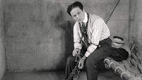 Este Halloween marca o 90º aniversário da morte do famoso ilusionista Harry Houdini.J húngaro-americano Harry Houdini (1874-1926) foi um dos mágicos mais famosos do mundo. Foi morto por deixar a um jovem estudante, chamado J. Gordon Whitehead,  fazer pancadas de todo o tipo no estômago dele, assegurando que não iria sofrer nenhum dano. Três socos do jovem  provavelmente romperam o apêndice do ilusionista, e causaram uma peritonite, que é a infecção generalizada do peritônio, membrana que recobre a cavidade abdominal. Como não existiam antibióticos na época, este tipo de infecção geralmente era fatal. Fotos ©Fotodom.ru/Rex Features